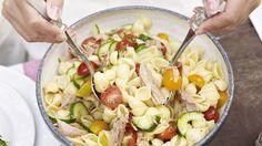 Ideal auch für große Runden: Thunfisch-Nudelsalat | http://eatsmarter.de/rezepte/thunfisch-nudelsalat-1