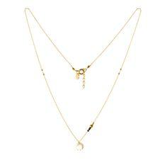 Collier Swan motif croissantet ses perles miyuki et pierre de pyrite couleur or sur une fine chaîne de laiton dorée à l'or fin 24 carats. Longueur 37,5cm + chaîne de rallonge.  Démarquez vous avec style mais tout en discrétion, habillez votre cou d'un collier Swan motif croissant. Et pourquoi ne pas associer avec le collier les boucles d'oreilles créoles Swan ?