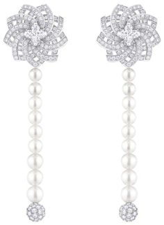 White gold pendant earrings, 2 Louis Vuitton cut diamonds (0.51 kt and 0.50 kt), 352 diamonds (2.13 kt), 18 Akoya pearls