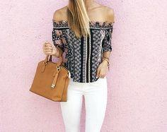 Look d'été avec blouse Bardot à imprimé foulard, jean slim blanc et sac à main marron : http://www.taaora.fr/blog/post/blouse-imprimee-a-smocks-col-bardot-topshop-tenue-avec-slim-blanc-cabas-marron #outfit #streetstyle #look