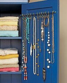 Jewerly Organizer Closet Organizers Curtain Rods - About jewelry organizer diy Do It Yourself Design, Do It Yourself Inspiration, Jewellery Storage, Jewellery Display, Necklace Storage, Hang Jewelry, Necklace Hanger, Gold Jewelry, Jewelry Stand