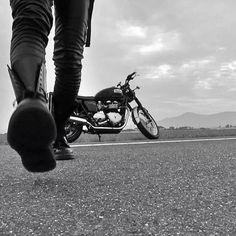 Ahora quedamos en el blog: LOS 13 SIEMPRE VUELVEN. Motorcycle Photo Shoot, Bike Photo, White Motorcycle, Motorcycle Boots, Biker Chick, Biker Girl, Biker Photoshoot, Motorcycle Photography, Harley Davidson