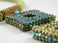 Seed bead jewelry Cubic Right Angle Weave beading ~ Seed Bead Tutorials Discovred by : Linda Linebaugh Jewelry Patterns, Beading Patterns, Beading Tutorials, Bracelet Patterns, Beads Jewelry, Beaded Jewellery, Jewellery Box, Diy Collier, Beaded Necklace