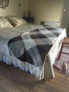 Telar cuadrado 90x90 tres piezas unidas  borde crochet y flecos.