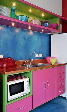 Uma cor do lado de fora do armário, outra de dentro. Boa sacada para diferenciar o móvel.Cozinha da arquiteta, designer e cenógrafa Adriana Yazbek