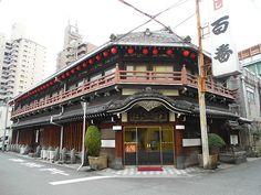 日本を代表する街・大阪。たこ焼きやお好み焼きといったグルメ、そして関西弁や大阪独特のノリの良さなど…。旅行者を楽しませてくれるいくつもの魅力があります。 そんな中、特に男性にとっては気になるスポットがあることをご存知でしょうか。それが「●●新地」と呼ばれるエリアで、代表的なのは「飛田新地」。大阪とい