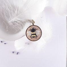Naszyjnik haftowany INSECT, pszczoła - atelier-Brocante - Naszyjniki z zawieszkami