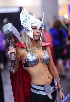 Love this Lady Thor cosplay! So awesome! Lady Thor, Thor Girl, Thor Cosplay, Cosplay Girls, Female Cosplay, Cool Costumes, Cosplay Costumes, Halloween Costumes, Halloween 2015