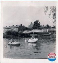 Met een bootje in de Jan Gijzenvaart aan de Jan Gijzenkade omstreeks 1974