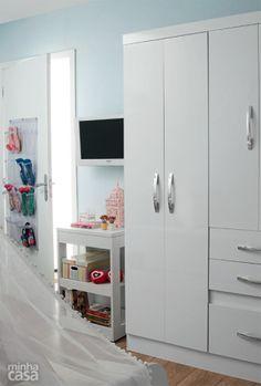Com quatro portas, duas gavetas e um gavetão, o armário Tâmis, fabricado pela Moval, comporta todo o guarda-roupa da moradora, dispensando uma cômoda para peças miúdas. Quarto projetado pela arquiteta Cristiane Dilly.