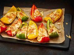 Paprikasta ja juustosta syntyvät helpot ja maukkaat alkupalat aterialle. My Cookbook, Tex Mex, Baked Potato, Zucchini, Food And Drink, Potatoes, Keto, Baking, Vegetables