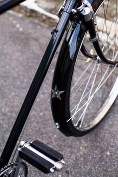 O Fabio ganhou uma Philips do avô, que estava encostada e trouxe para cá. Pensamos num projeto classudo, mantendo o preto original e recuperando seus detalhes. Acabamento em couro feito a mão. Pedais originais e detalhes incríveis. Tá rodando por aí. Foto Raquel Espirito Santo Wheels, Bicycle, Glamour, Originals, Top Coat, Leather, Black, Bicycles, Bike