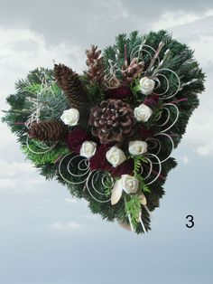 Grave arrangements Dead Sunday arrangement of All Saints Grave arrangement Grave jewelry Here we offer you fresh grave jewelry in heart shape. The arrangement is made of fresh fir and conifer . Funeral Flower Arrangements, Funeral Flowers, Xmas Wreaths, Autumn Wreaths, Outdoor Christmas Tree Decorations, Holiday Decor, Cemetery Decorations, Casket Sprays, Hydrangea Wreath