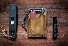 Hitch and Timber are rethinking how we carry the things we care about. The leather crafters from Baltimore, Maryland, make this beautifully handmade EDC Card Caddy, a simple yet effective way to ensure you are prepared for the day ahead. The wallet f Everyday Carry Gear, Edc Tools, Survival Tools, Survival Gadgets, Leather Card Wallet, Edc Gear, Leather Projects, Leather Crafts, Folding Knives