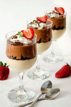Desert cu ciocolată la pahar — Adi Hădean Dessert Shots, Dessert In A Jar, Dessert Cups, Gourmet Recipes, Cake Recipes, Dessert Recipes, Betty Crocker, Classic Tiramisu Recipe, Strawberry Layer Cakes