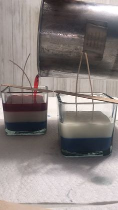 Making a layered soy wax candle is easier than it looks. Pour your wax at cooler temperature than normal, 120 degrees. Allow each layer to cool completely, about an hour, before you pour the next layer. Diy Candles Video, Homemade Scented Candles, Gel Candles, Essential Oil Candles, Candle Packaging, Aromatherapy Candles, Candle Making, Creations, Diy Candles With Flowers