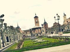 Alcalá de Henares. Plaza de Cervantes. <> Pulse en la fotografía para ver alojamientos en Madrid.