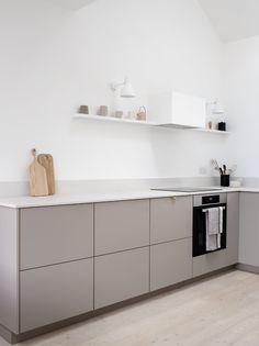 Minimal Kitchen Design, Modern Grey Kitchen, Beige Kitchen, Kitchen Room Design, Minimalist Kitchen, Interior Design Kitchen, New Kitchen, Kitchen Decor, Minimalist Apartment