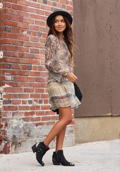 Boho-Look: Fließendes Kleid dazu Boots und Hut