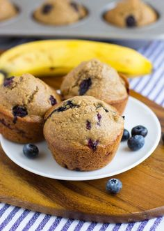 Flourless Blueberry Banana Muffins- a wholesome treat to enjoy for breakfast or a snack. They're made easy in a blender and are gluten-free, oil-free, dairy-free and refined sugar-free! Healthy Blueberry Muffins, Blue Berry Muffins, Fodmap Recipes, Gluten Free Recipes, Sorbets, Peanut Butter Banana, Cashew Butter, Chips, Muffin Recipes