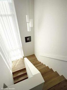 Elegant und klar - Hamburg: CUBE Magazin Elegant and clear - Hamburg: CUB Modern Staircase, Staircase Design, Stairs Architecture, Interior Architecture, Stairway Decorating, House Stairs, Basement Stairs, Stairways, Entryway Decor