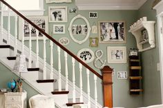 Staircase Wall Decor Design, Pictures, Remodel, Decor and Ideas - page 11 Family Pictures On Wall, Display Family Photos, Family Wall, Display Pictures, Family Room, Inspiration Wand, Stair Walls, Photo Deco, Sweet Home