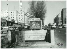 Acceso a la estación de Sainz de Baranda en lka década de 1980. La estación se abrió al público el 11 de octubre de 1979 dentro del tramo Cuatro Caminos-Pacífico de la línea 6. El 31 de enero de 1980 se inauguró también el paso por esta estación de la línea 9 de Metro en el tramo Sainz de Baranda-Pavones