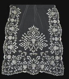 Manteleta tul cristal en cadeneta blanca con lentejuela dorada #novedades #fallas #indumentaria #LaBarracaFallera