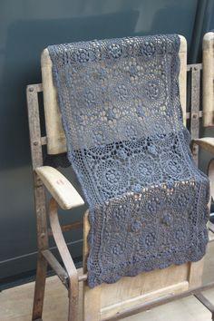 Image of Ancien chemin de table en coton gris.