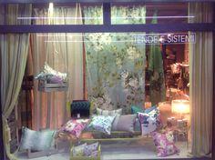 La nostra vetrina autunnale Decorcasa e Designers Guild #fabrics #curtain #designersguild #tessuti #tendaggi #visualmerchandising #vetrina #pillow #cuscini #negozio #showroom #dgyourspace