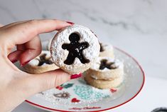 Kaneel koekjes met bosvruchten jam - Annabella's Foodblog Christmas Biscuits, Cheesecake, Desserts, Food, Christmas Crackers, Christmas Cookies, Meal, Cheesecakes, Deserts