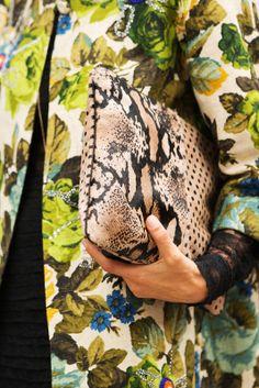 Bag Stalking! A Case Study In Purses #refinery29 combinacion de abrigo de flores y bolso mano serpiente