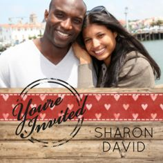 Stoere trouwkaart met grote foto en steigerhouten strook met daarop rood lint met witte hartjes en stempel met 'You're invited'.