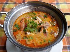 Tom Yum: la deliciosa sopa de Tailandia . Una deliciosa sopa cuya combinación de sabores no deja indiferente a nadie. Thai Recipes, Asian Recipes, Cooking Recipes, Best Thai Dishes, La Bouillabaisse, Eat Thai, Oriental Food, Food Goals, Ceviche