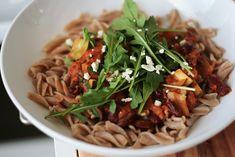 Kesäkurpitsa-Aura-pastakastike Japchae, Noodles, Vegetarian Recipes, Spaghetti, Pasta, Ethnic Recipes, Macaroni, Noodle, Vegetable Dip Recipes