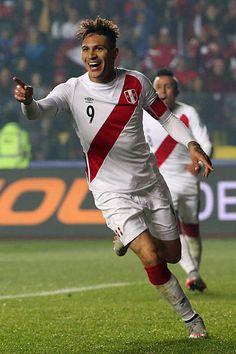Paolo Guerrero, del Perú, celebra después de marcar el segundo gol de su equipo durante el partido de 2015 entre la Copa América Chile y el tercer lugar entre Perú vs Paraguay