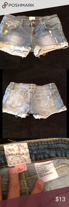 Cute Short Shorts Used but in great condition really cute short shorts! Mudd Shorts Jean Shorts