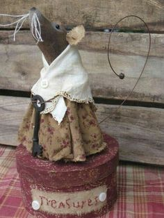 Christmas mouse - Her Crochet Primitive Doll Patterns, Primitive Crafts, Primitive Christmas, Fabric Animals, Felt Animals, Mouse Crafts, Felt Mouse, Cute Mouse, Stuffed Animal Patterns