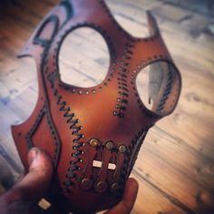 Nice leather on this mask. Leather Mask, Leather Armor, Leather Tooling, Sewing Leather, Leather Pattern, Leather Craft, Mascaras Halloween, Vintage Helmet, Half Mask