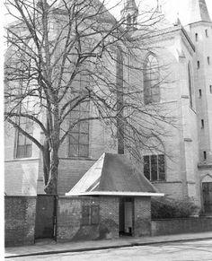 Vlak achter de Sint Vituskerk Bussum een openbaar urinoir