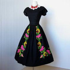 vestido vintage 1950.. Vestido de algodón negro bordado por traven7                                                                                                                                                                                 Más