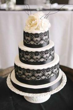 Mooie bruidstaart met zwart kant