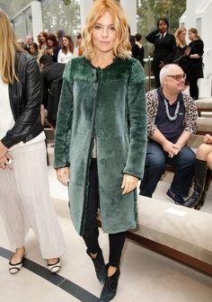 Pour ou contre le nouveau blond très foncé de Sienna Miller ?