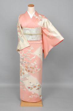 *sigh* someday, i hope to have my own kimono - Deo volente ! Kimono Japan, Japanese Kimono, Japanese Fashion, Traditional Kimono, Traditional Outfits, Yukata, Kimono Fabric, Express Women, Married Woman