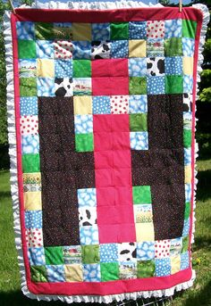 I'm not fond of the ruffles around the edge, otherwise this is an amazing quilt!