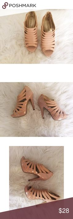 Shoedazzle Heels Extremely comfortable. Zipper in back and super cute! ShoeDazzle Shoes Heels