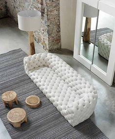Il divano made in Italy di Baxter è in pelle trapuntata capitonné, il divano trasmette nella fattezza e nella seduta tradizionale, qualcosa di totalmente i