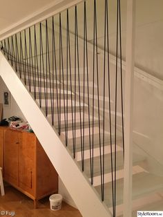 Trappa i ny tappning - Hemma hos Fujji Cable Stair Railing, Modern Stair Railing, Staircase Handrail, Stair Gate, Modern Stairs, Railing Design, Staircase Design, Redo Stairs, House Stairs