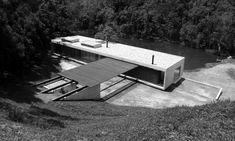 Galeria da Arquitetura | Residência São Luis do Paraitinga - As vigas encostam levemente no talude, aos fundos. Na outra ponta, elas estão atirantadas na laje, tirando partido da topografia do terreno