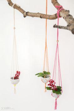 Hanging vases macrame with bakers twine / Hängende Vasen in Makramee-Technik aus Bäckergarn http://www.garn-und-mehr.de/scheregarnpapier/diy-haengende-mini-vasen-how-to-make-hanging-vases-macrame/